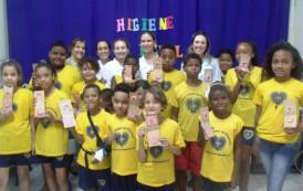 Crianças e adolescentes assistem a palestra educativa sobre higiene bucal