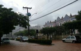 Chuva forte atinge o município de Alegre e deixa ruas alagadas