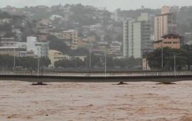Nível do rio Itapemirim sobe e invade ruas de Cachoeiro, ES