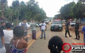 Pais e alunos do B.Manoel Monteiro Torres protestam contra a falta do transporte escolar.