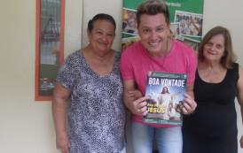 Cantor Alex Campanha homenageia idosas atendidas na LBV