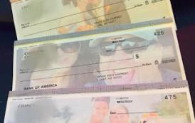 Homem faz cheques com a foto da atual esposa para pagar pensão a ex esposa.