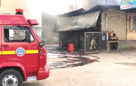 Incêndio destrói borracharia no Cantinho do Céu em Caratinga-MG , apesar dos esforços do Corpo de Bombeiros e particulares.