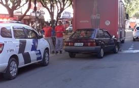 Ford Escort destruído na colisão com traseira de caminhão no centro de Guaçuí-ES
