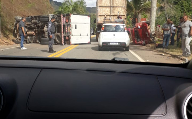 Acidente entre carro e caminhão hoje no Guaçuí-ES deixa dois feridos.
