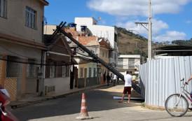 Poste cai eletrificado encima de casa em Guaçuí-ES.