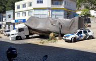 Carreta tomba encima de viatura da PM no centro de Dores do Rio Preto-ES. Felizmente ninguém se feriu.