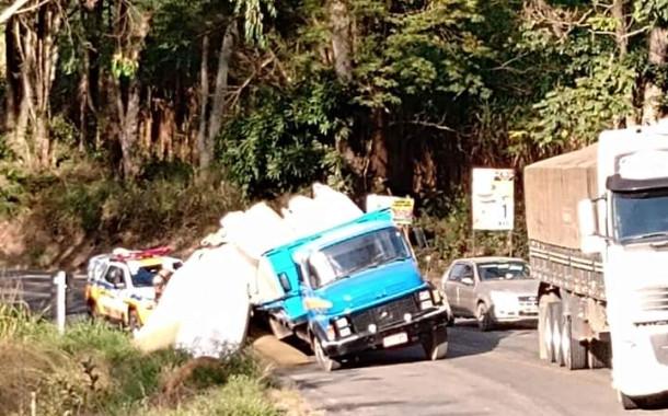 Caminhão perdendo a carga de café, quase tomba em Dores do Rio Preto-ES hoje (27/07)