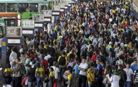 População ignora o aumento dos casos de infecção e apresenta um espetáculo triste de se ver. Aglomeram sem máscara no centro da cidade.