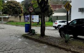 Sinalização sem muita noção no centro de Guaçuí-ES.