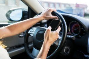 A lei caracteriza como infração gravíssima os casos em que o condutor estiver segurando ou manuseando telefone celular.