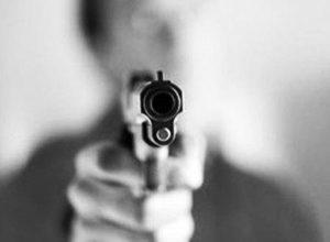 O suspeito ameaçou as vítimas com uma arma de fogo.