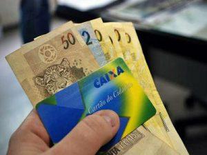 Trabalhador deve procurar agência da Caixa ou do Banco do Brasil para retirar o abono.