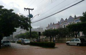 Ruas do centro da cidade ficaram alagadas após a chuva.
