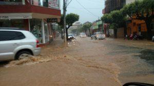 Lojas e outros estabelecimentos ficaram com a água nas portas.