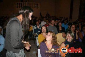 Durante o espetáculo, os atores interagem com o público.