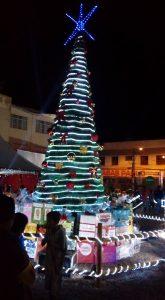 Uma árvore de Natal foi montada no centro da Vila do Papai Noel. (Foto: Bianca Secco)