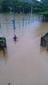 Em Ibitirama, as pessoas atravessaram a rua com água na cintura. (Foto: PM)